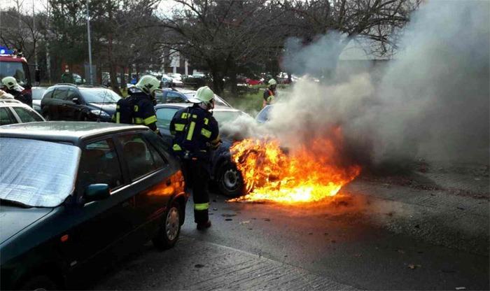Muž se snažil hořící auto uhasit sám a popálil se