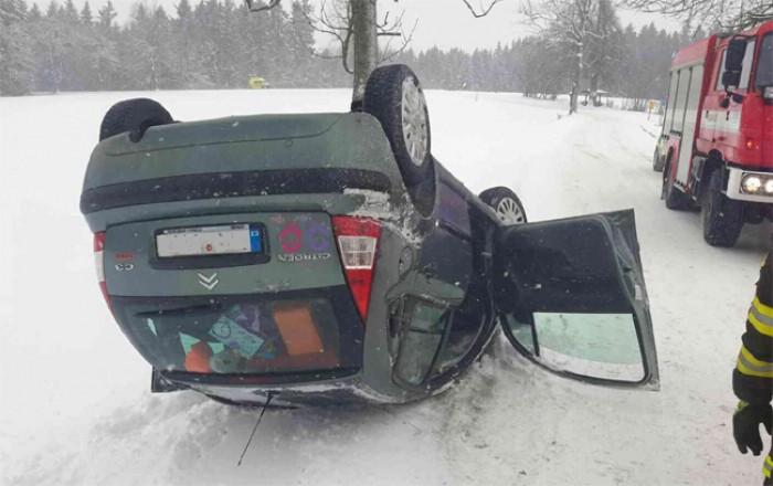 Po nehodě vůz skončil na střeše