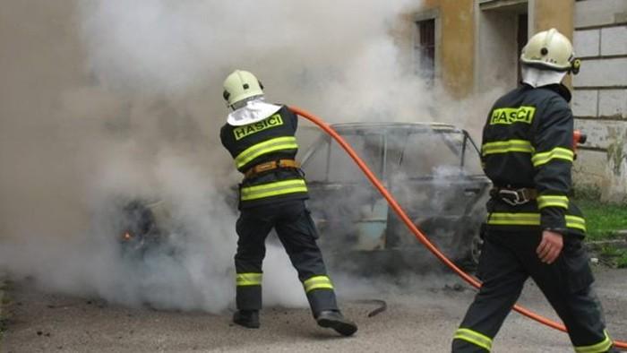 V centru Jablonce hořelo auto