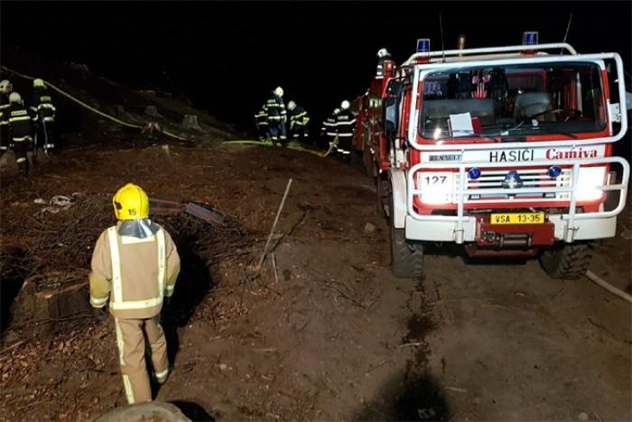 Požár lesa hasilo deset jednotek hasičů