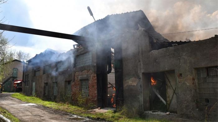 V Ostrově na Karlovarsku hořela firma na výrobu lepenky