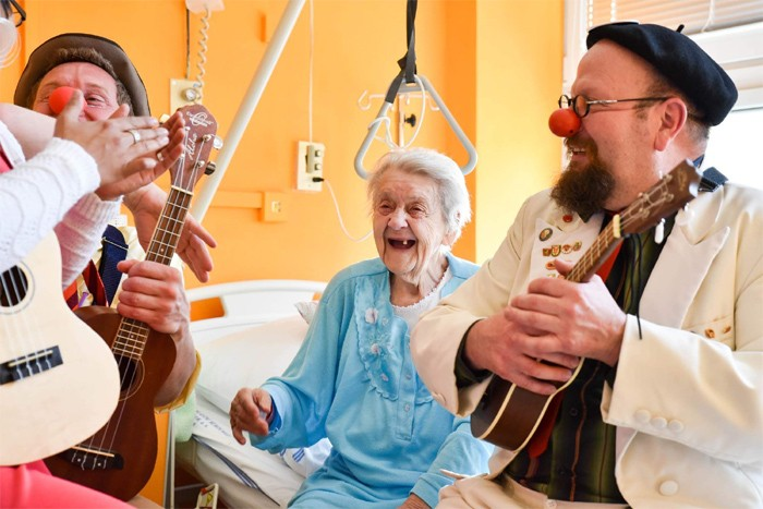 Zdravotní klauni vyráží na každoroční Turné plné smíchu, tentokrát se zaměří na úsměvy seniorů