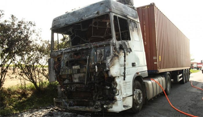 Kabina kamionu kompletně shořela. Náklad se podařilo uchránit