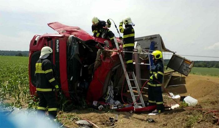 Řidič kamionu byl zaklíněn ve zcela zdemolované kabině