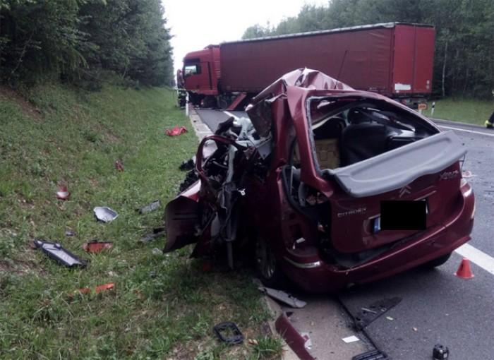 U Chebu se čelně srazil kamion s osobním autem
