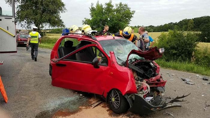 Řidič nákladního auta od nehody ujel, na místě nechal dvě těžce zraněné osoby