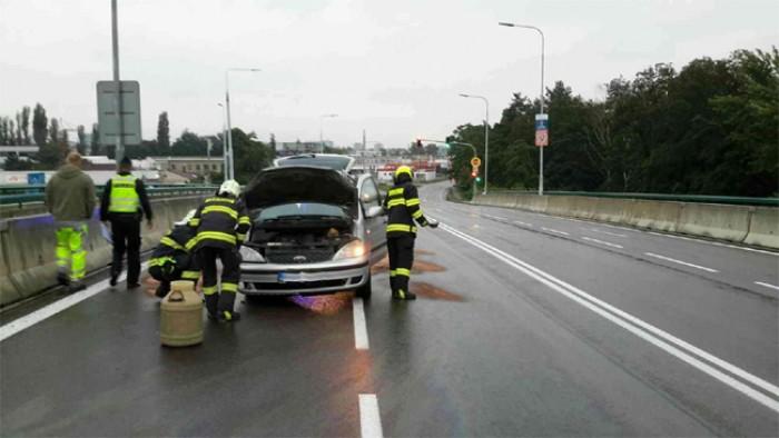 Řidič havaroval na nadjezdu u Parama