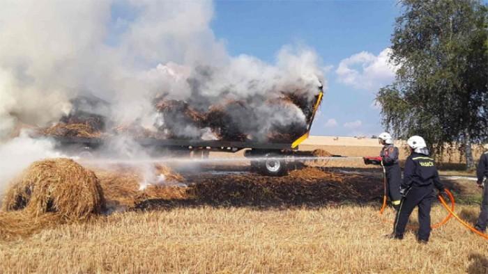 U Modlíkova na Havlíčkobrodsku hořel přepravník s balíky slámy