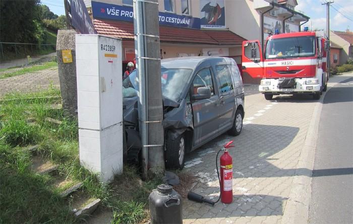 Automobil narazil do sloupu elektrického vedení