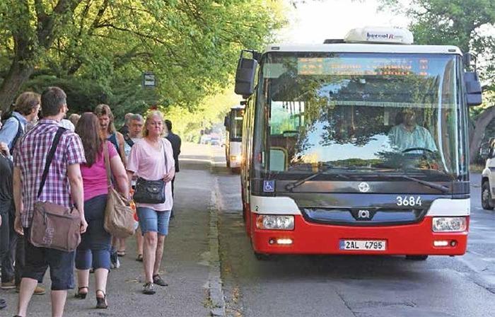 Žáci, studenti a senioři by měli od září jezdit po Středočeském kraji zdarma
