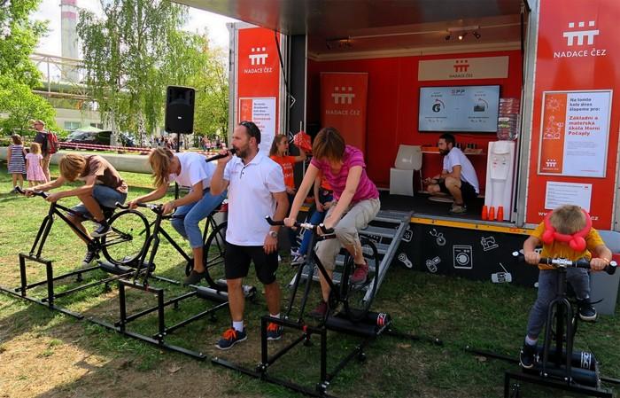 Elektrárna Mělník se otevřela veřejnosti, mnozí z návštěvníků si rovněž stihli zašlapat i na Oranžovém kole Nadace ČEZ
