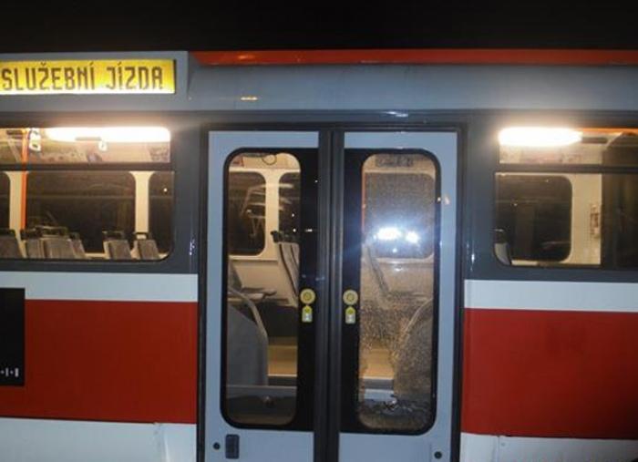 Muž údajně rozbil dveře tramvaje, hrozí mu vězení