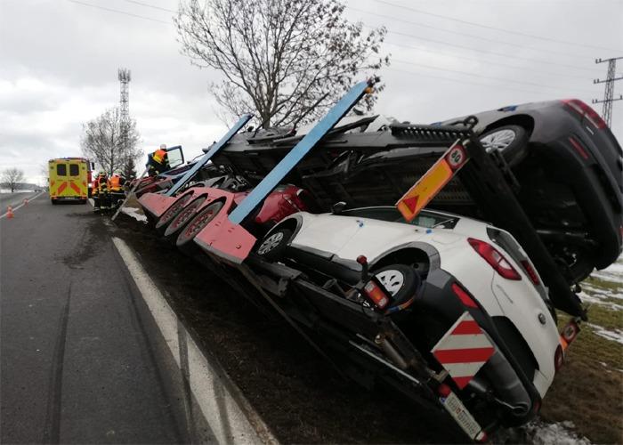 Havárie kamionu omezila provoz na strakonické silnici u Zalužan