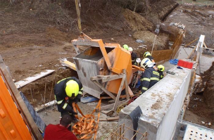 Zásobník na beton zavalil na stavbě muže