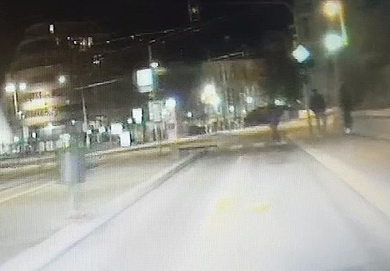 Mladý muž vystrčil na autohlídku zadnici