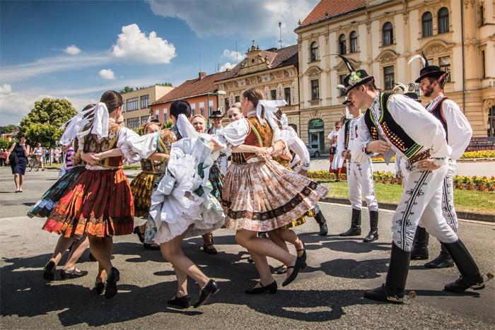 Na folklorním festivalu v Lázních Bělohrad se představí přes 500 účinkujících z celého světa