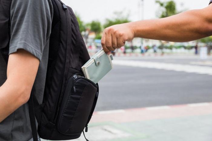 V předvánočním období narůstají počty krádeží v obchodních centrech až o 40 % a nezahálí ani kapsáři
