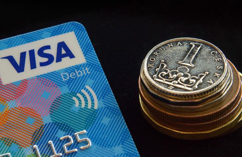 Evropské spotřebitelské centrum a ČOI: Dobírka je přežitek, doporučujeme platit kartou