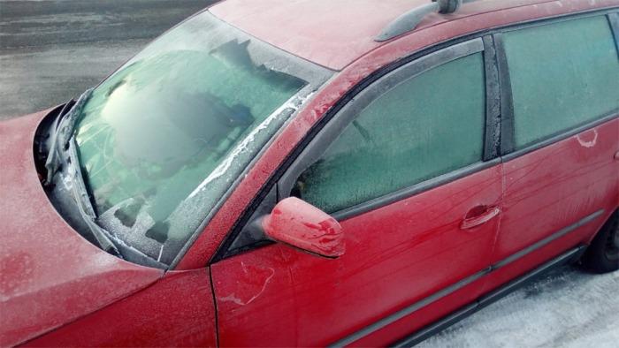 Pozor na zamrzlá skla a sníh na vozidlech!