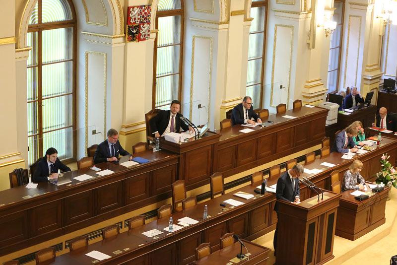Sněmovna v pátek v prvním čtení podpořila zavedení sdílených pracovních míst