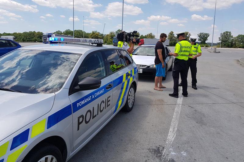 Policisté i celníci by měli získat právo vyžadovat při kontrole zaplacení dosud neuhrazené pokuty