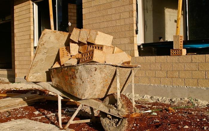 Své domovy lidé nejčastěji staví i rekonstruují svépomocí, vyplývá z průzkumu
