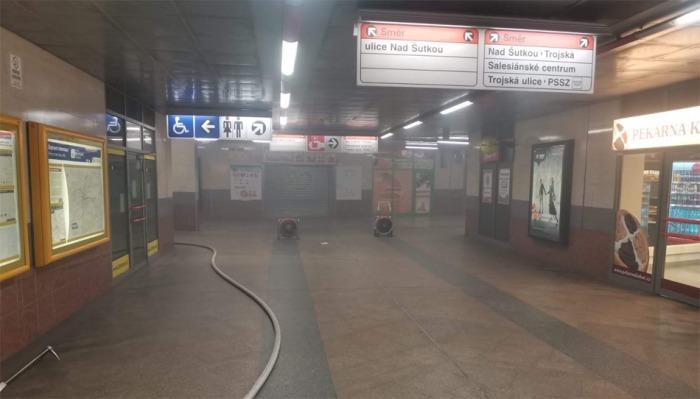 V pražské stanici metra Kobylisy hořel motor eskalátoru