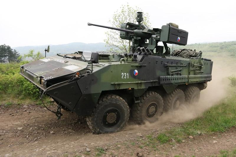 Žatečtí vojáci převzali nová obrněná vozidla Pandur