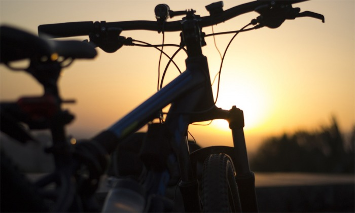 Na Náchodsku skončil cyklista pod nákladním automobilem
