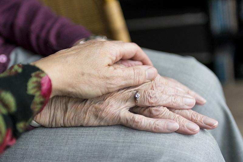Většina Čechů chce ŽÍT DOMA, i když se stane závislá na péči druhých