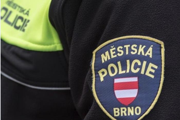 Brněnští strážníci dopadli dva muže nabízející na parkovišti kamery, hodinky a parfémy