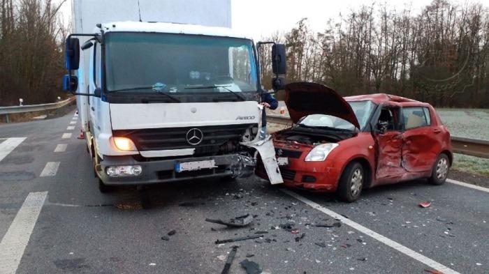 Střet osobního automobilu s nákladním zablokoval komunikaci I/35 u Holic