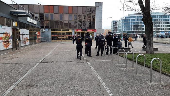 Pražští policisté zadrželi útočníka, který pobodal muže na zastávce