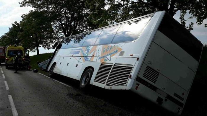 Autobus pln� d�t� havaroval na silnici mezi Trhovou Kamenic� a Hlinskem