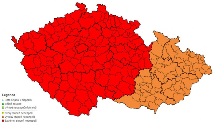 Česko řeší následky další vlny silného větru, šedesát tisíc domácností  je bez proudu, vlaky stojí