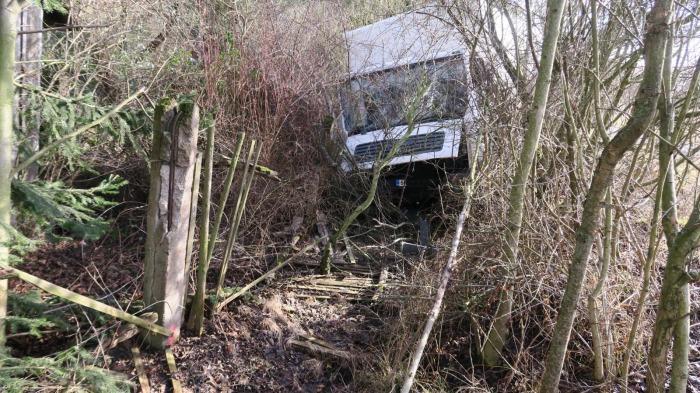 Větrná bouře na Plzeňsku vytlačila nákladní vozidlo mimo pozemní komunikaci