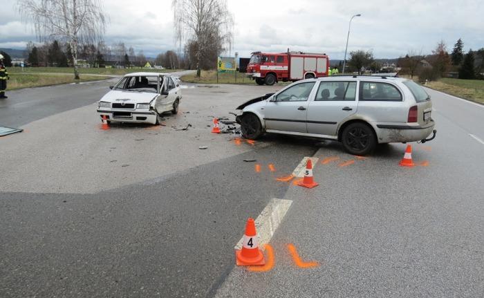 Řidič dostal na mokré vozovce smyk a střetl se s protijedoucím vozidlem