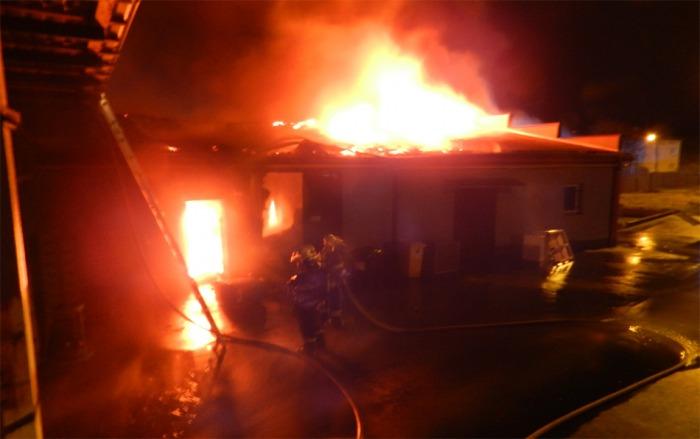 Desetimilionovou škodu způsobil požár skladovací haly v Úvalech u Prahy