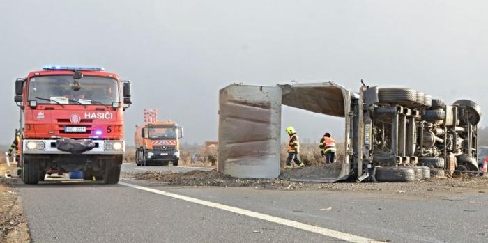 Provoz na D8 ve směru na Německo byl blokován nehodou dvou kamionů
