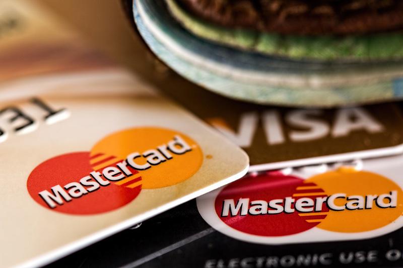 Syn ukradl své matce platební kartu a postupným výběrem z bankomatů ji připravil o 200 000 korun