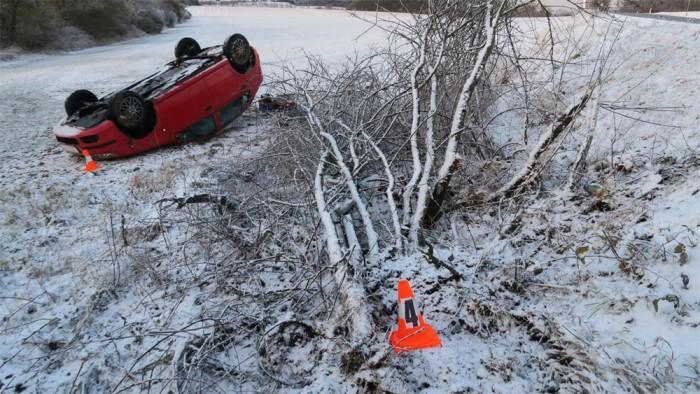 Šestašedesátiletá řidička dostala zasněžené silnici smyk a narazila do stromu
