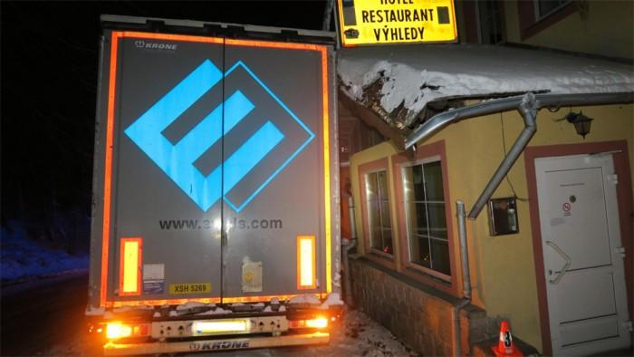 Mezi obcemi Klenčí pod Čerchovem a Caparticemi havaroval kamion