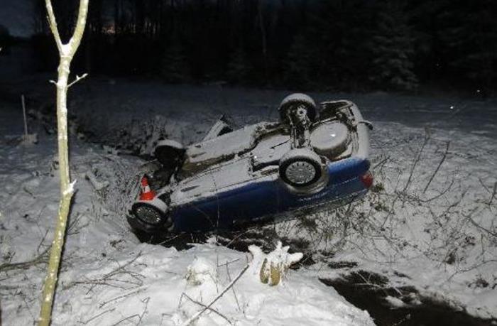 Řidič dostal smyk a s vozidlem skončil v potoce