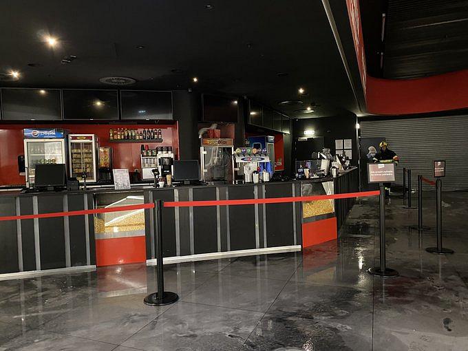 V kině začal hořel automat na popcorn, hasiči evakuovali stovky lidí