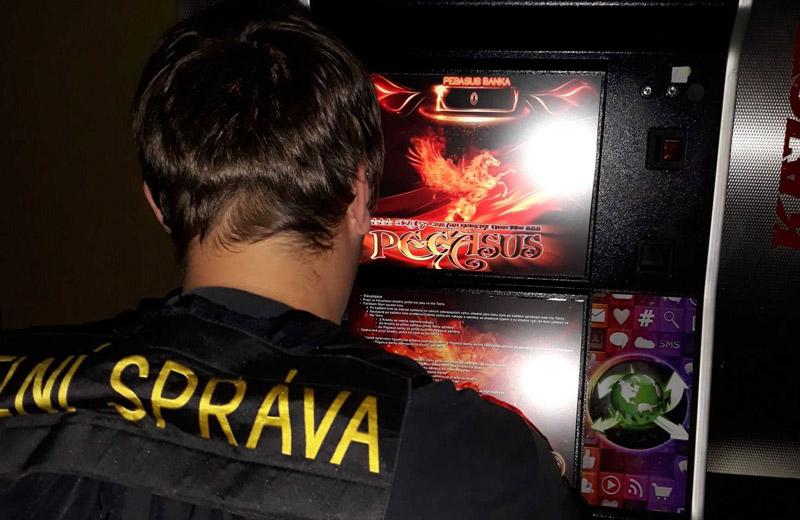 Celní správa zabavila při razii přes 200 hracích automatů