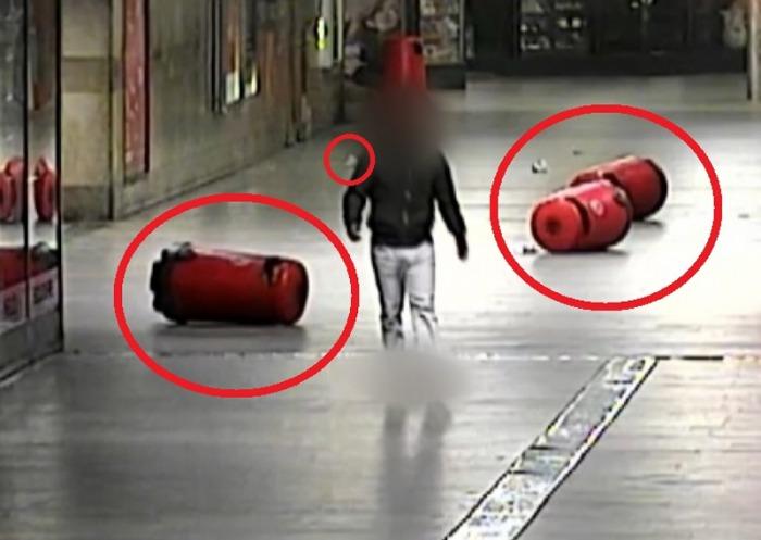 Muž převrátil tři popelnice v podchodu, strážníci ho přiměli nepořádek posbírat