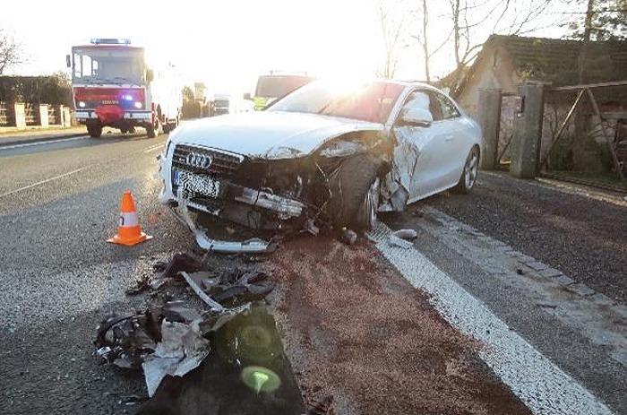 Čelní střet osobního vozu s protijedoucím nákladním autem zablokoval silnici na Hradecku