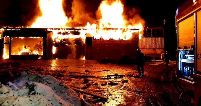 Sedm jednotek hasičů likvidovalo požár skladovací haly v Aši