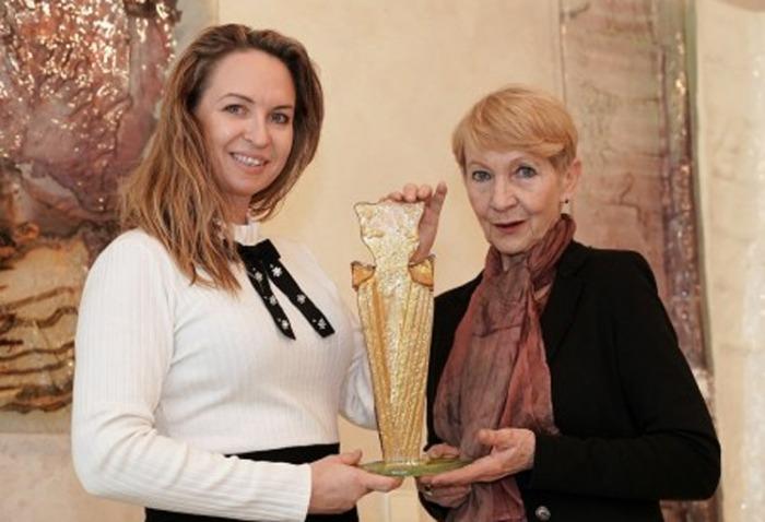 Herečka Daniela Kolářová si konečně převzala cenu Komedy festu za humor Zlatý velbloud