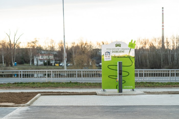 Nová nabíjecí stanice pro elektromobily na parkovišti prodejny Lidl v Písku